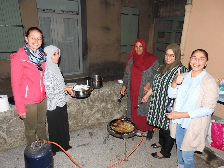 A l'extérieur de la salle, les membres de l'atelier cuisine ont préparé le repas dans la bonne humeur.