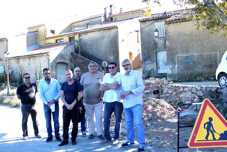 Réunion de chantier autour de l'adjoint aux travaux Gérald Olivier.
