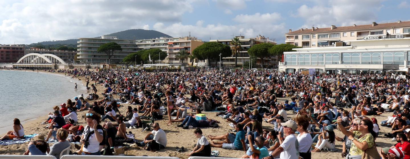 La plage du centre-ville et tout le rivage encore plus noire de monde que samedi.