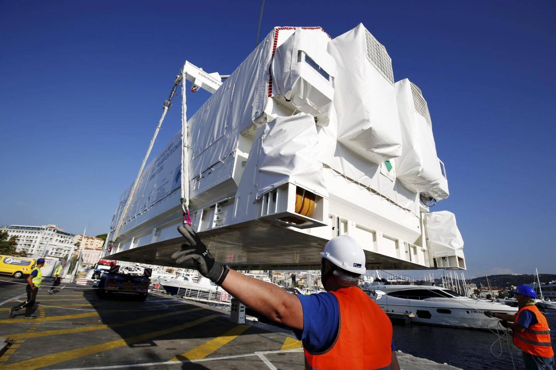 Impressionnante manœuvre que le levage du précieux conteneur à 1,5 Me...