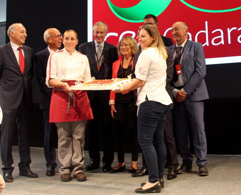 Jacques Vayron, actuel directeur, a invité tous ses prédécesseurs à venir sur scène pour déguster le gâteau.