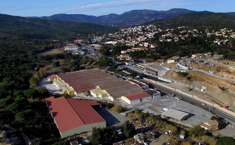 Le site de l'ancienne usine Brisach se situe à l'entrée de la commune de Sainte-Maxime, face à la zone des Moulins.