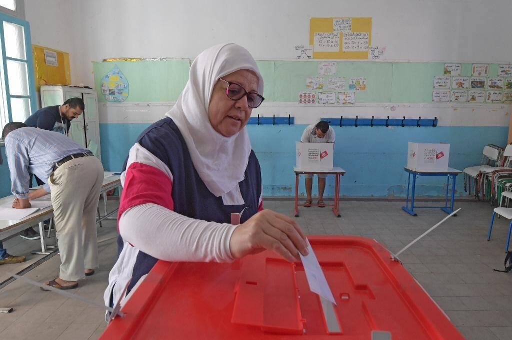 Une Tunisienne vote pour le second tour de la présidentielle, le 13 octobre 2019 à Tunis
