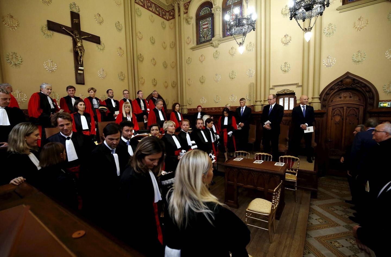 Edouard Levrault (à gauche, tête baissée) quitte la salle sous les yeux du prince Albert II lors de l'audience solennelle de rentrée des cours et tribunaux de Monaco en 2018.