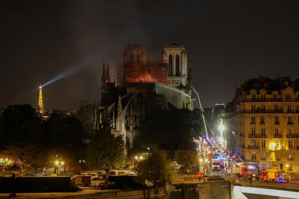 Les pompiers combattent les flammes de l'incendie dans la cathédrale Notre-Dame de Paris le 15 avril 2019