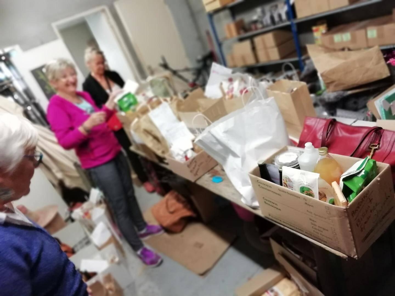 Les bénévoles préparent les commandes dans l'arrière-boutique d'une jardinerie.