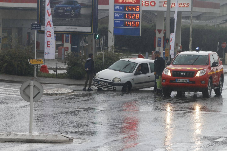 Les fortes pluies ont fait sauté certaines des plaques d'égout de la route de Grasse. Certains automobilistes n'ont pu les voir et se sont encastrés dedans.