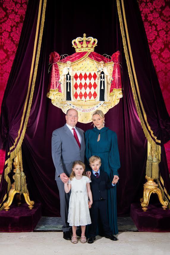 La  nouvelle photo officielle du prince Albert II et de la princesse Charlène vient d'être officiellement dévoilée ce dimanche matin.