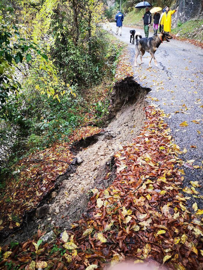 A un autre endroit, une partie de la route s'est effondrée