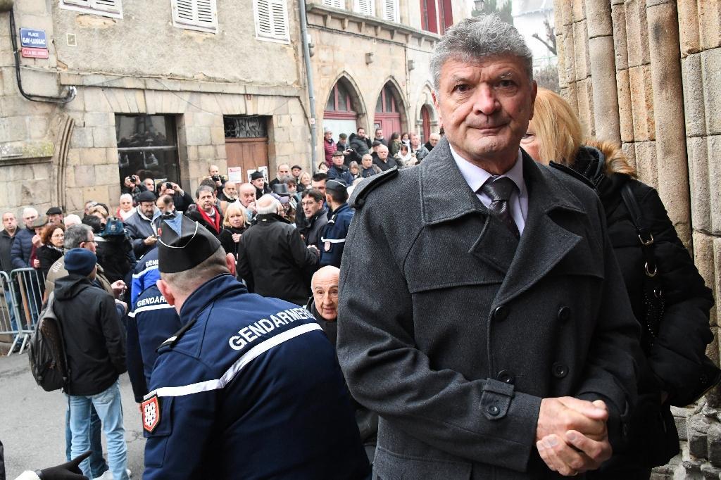 L'arrivée de Bernard Thevenet (d) aux funérailles de Raymond Poulidor, à Saint-Léonard-de-Noblat, le 19 novembre 2019