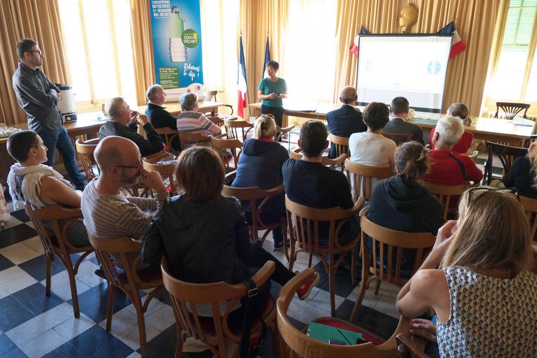 Maryse Favrou, responsable du service « Élimination et valorisation des déchets », présente les grandes lignes de l'opération aux familles volontaires.