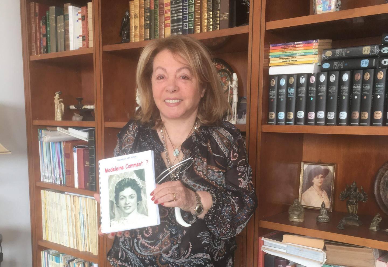Michèle avec son livre.