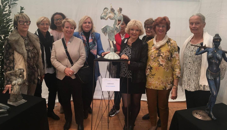 Les membres du Soroptimist posent en compagnie de leur invitée d'honneur, la sculptrice sur bronze Lilou.