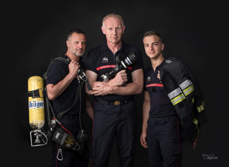 Belle image qui symbolise la tradition de service du corps des sapeurs-pompiers, à travers trois générations.