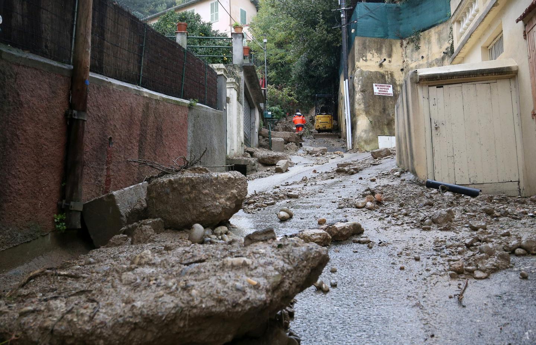 À gauche : L'avenue des Platanes prolongée, à Nice-Nord, était recouverte de rocs et de gravats. A droite : à Contes, un mur s'est littéralement cassé en deux.