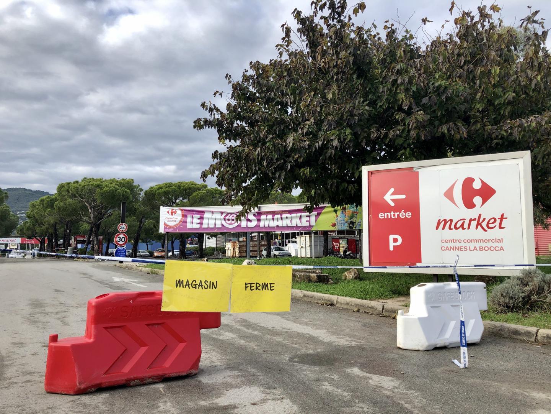Tout le parking du Carrefour Market reste ceinturé par du rubalise de la Ville de Cannes. La station essence aussi.