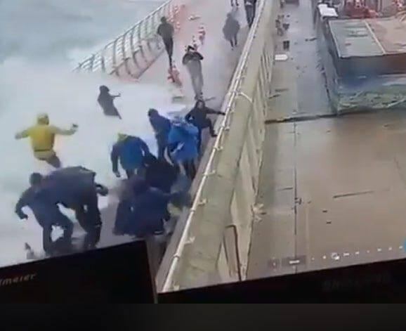 Les vagues sont passées par-dessus la digue samedi. En haut : une image tirée de la vidéo supprimée d'Internet ce mardi.