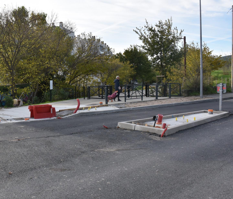 En face, la première tranche de la Voie douce, qui va relier la seconde. Des aménagements sont aussi en cours sur les voies de circulation, avec également la création de places de stationnement.
