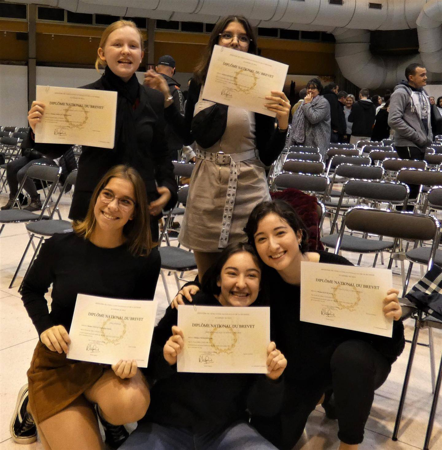 Des copines heureuses de se retrouver et fières de leurs diplômes.