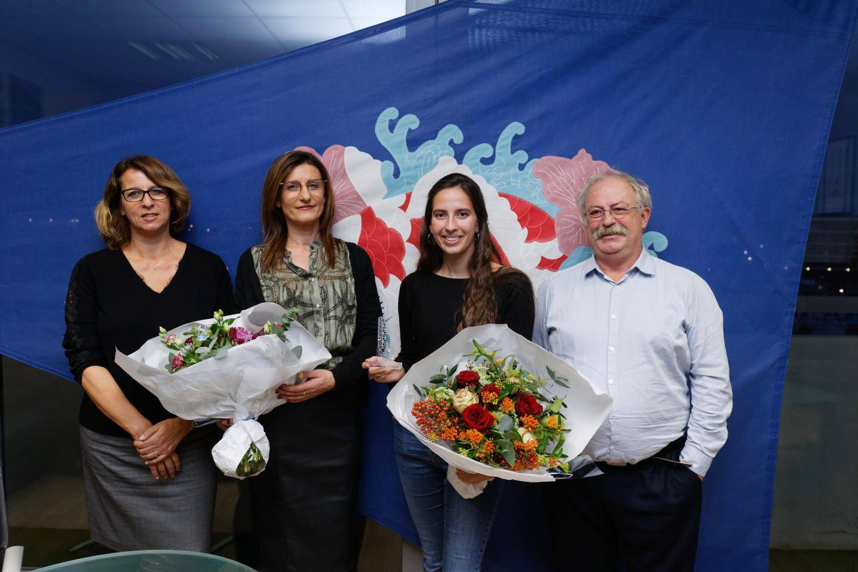 Cassandra, entourée par le maire Marc Vuillemot et sa professeur Snezana Nikolic.