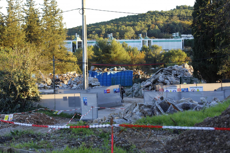 Les travaux de désamiantage continuent sur la ZAC des Clausonnes où le démontage de l'ancienne centrale à béton suit son cours.