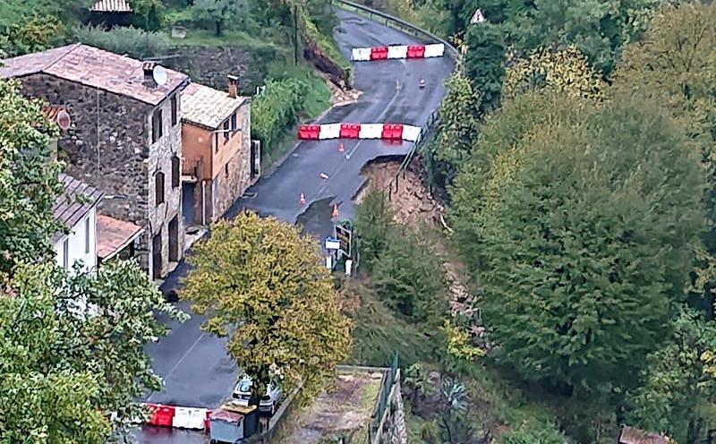 Une partie de la route s'est effondrée dans le fleuve à Tourrettes-sur-Loup.