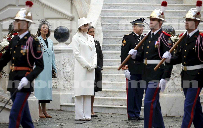 Première séquence hier matin, peu avant 10heures, une prise d'armes dans la cour d'honneur du Palais princier.