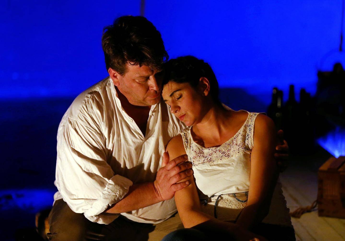 Mandine sur scène, dans Une goutte à la mer, avec Émilien Urbach.