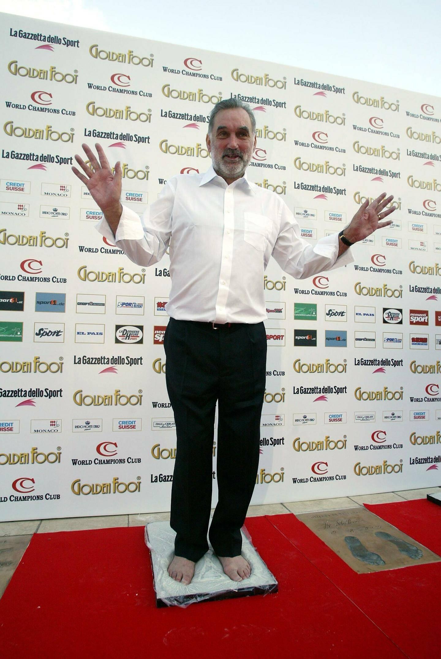 Le facétieux George Best lors de sa prise d'empreinte en 2005.