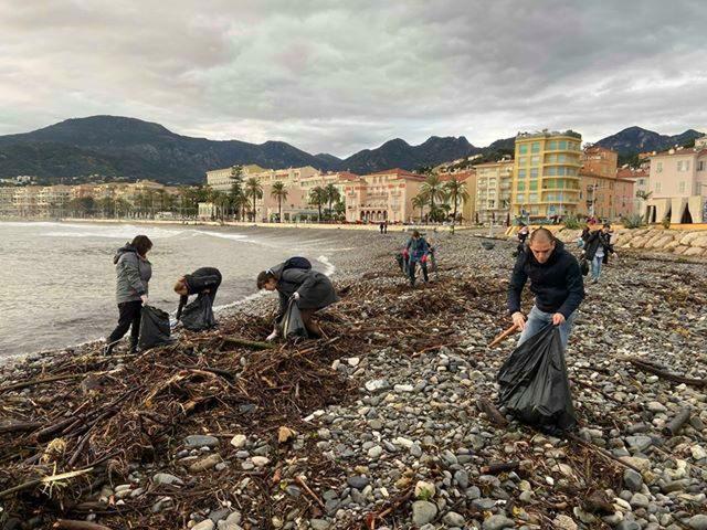 Des bénévoles ont nettoyé la plage du Fossan, ce dimanche.