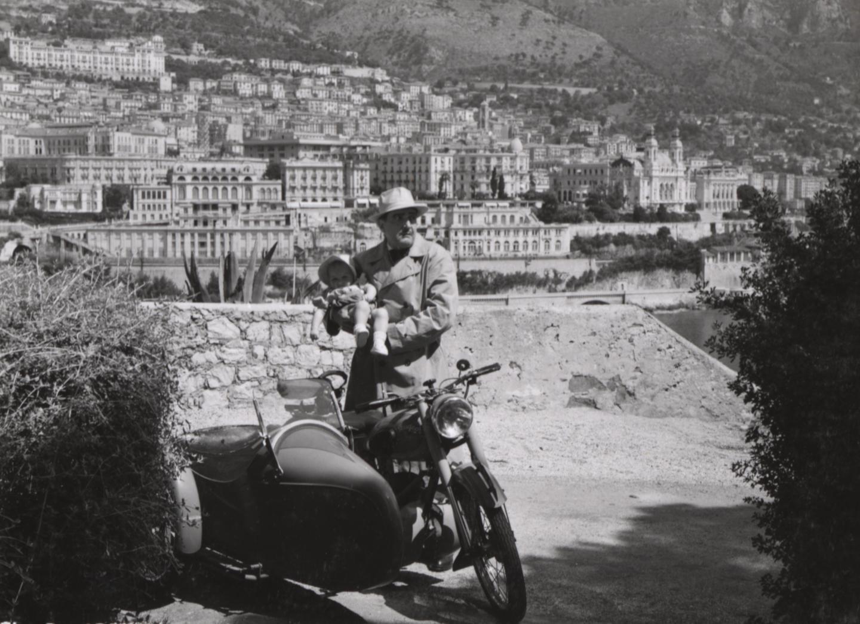 Une scène du film, avec Georges Lannes, en haut de la Porte Neuve, où l'on distingue, en arrière-plan, le quartier de Monte-Carlo.