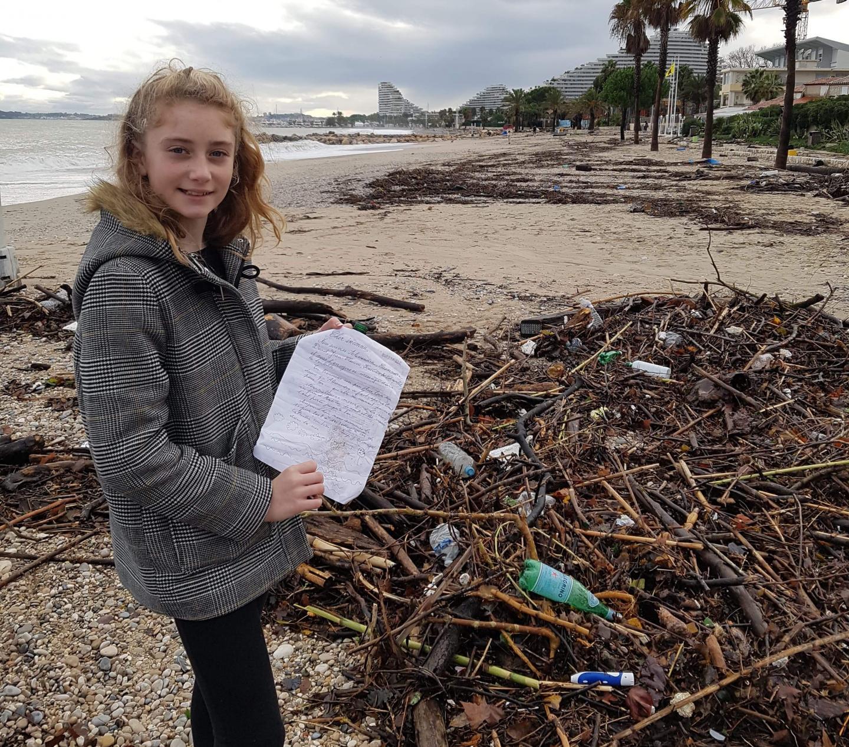 Au milieu des branches, de chaussures et de nombreux autres déchets, Shana, 12 ans, repère une bouteille pas comme les autres.