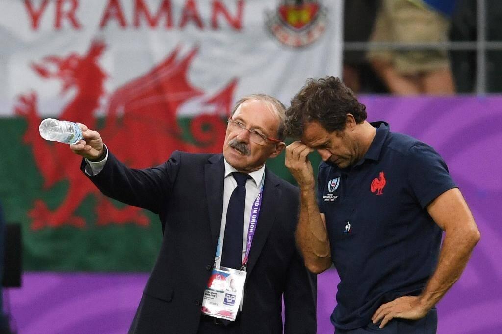 Fabien Galthié échange avec le sélectionneur du XV de France Jacques Brunel avant le match contre les Gallois en Coupe du monde à Oita, le 20 octobre 2019