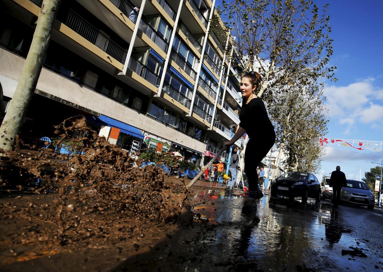 Opération grand nettoyage dans et devant les commerces du centre-ville, une nouvelle fois envahis par l'eau et la boue.