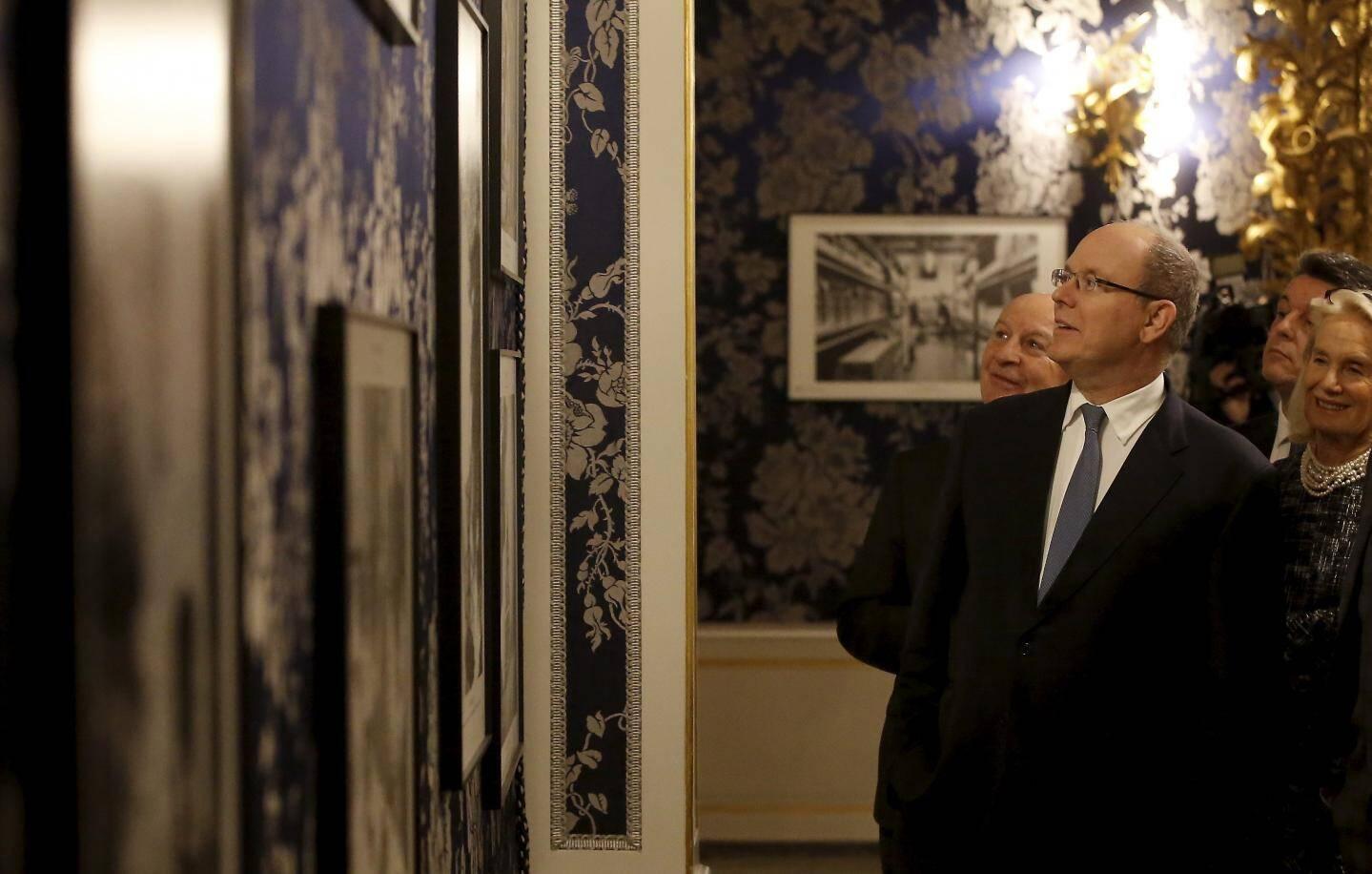 Le souverain a découvert les cinquante clichés en noir et blanc exposés dans les Grands appartements du Palais princier.