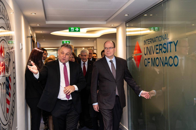 Accompagné par le directeur général de l'IUM, Jean-Philippe Muller, le prince Albert II a visité les nouveaux locaux de l'université.