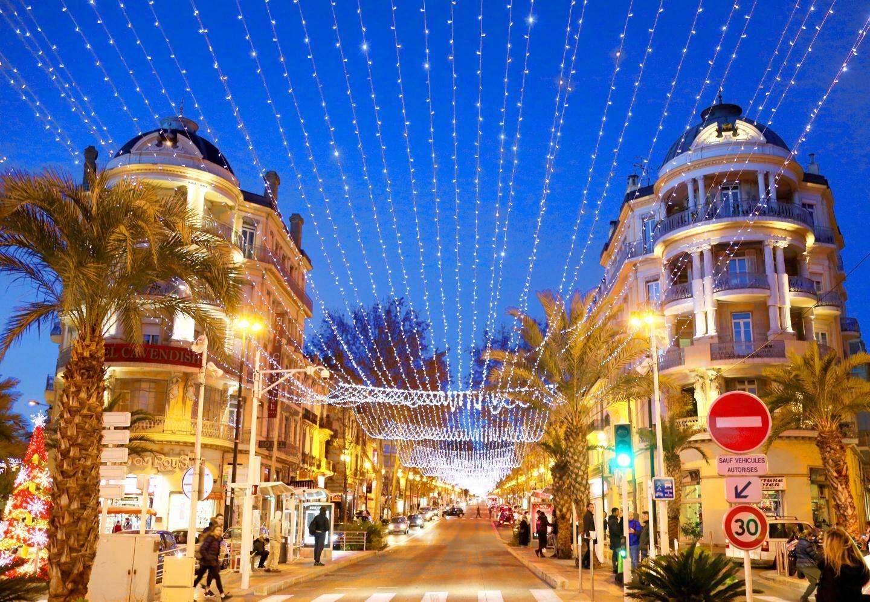 Voilà une petite famille - à Mouans-Sartoux - qui sait ce que signifie la magie de Noël.... Des années que cela dure... au 190 avenue de Grasse.  Retrouvez la vidéo de la maison sur nicematin.com