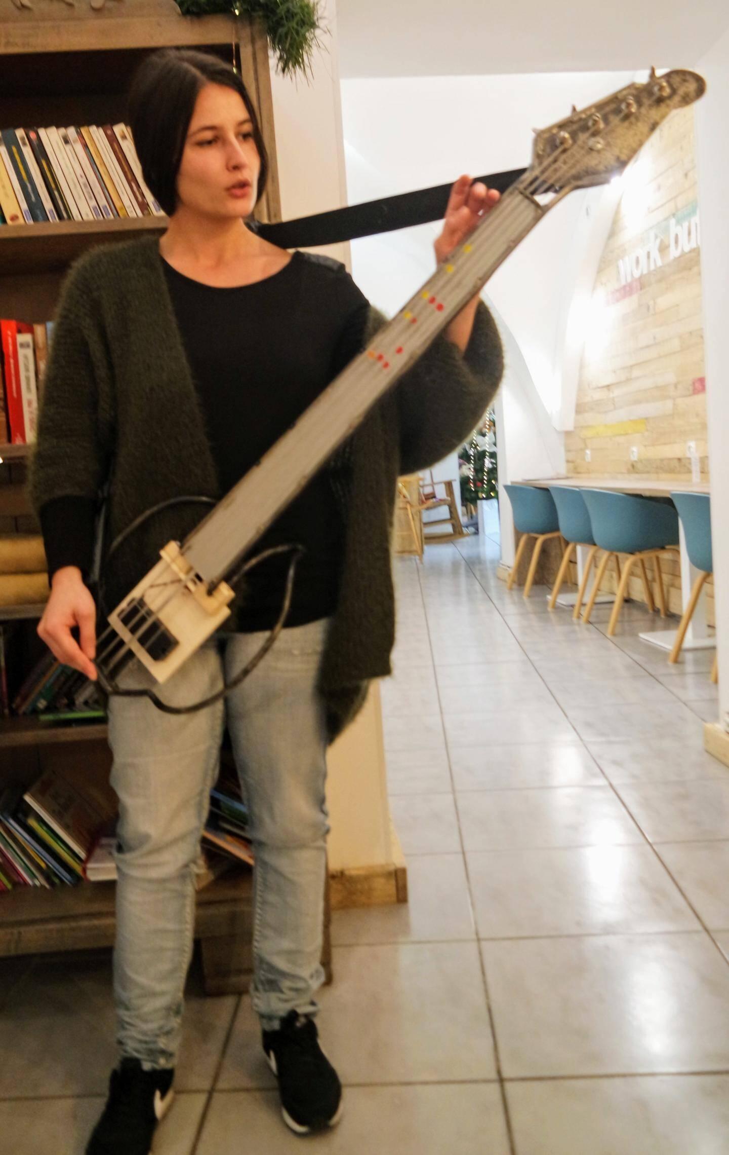 « Avant la basse, J'ai d'abord fabriqué des instruments expérimentaux, qui prenaient le corps du musicien comme caisse de résonance. J'ai revu la structure même des instruments », indique Cassandra Felgueiras.