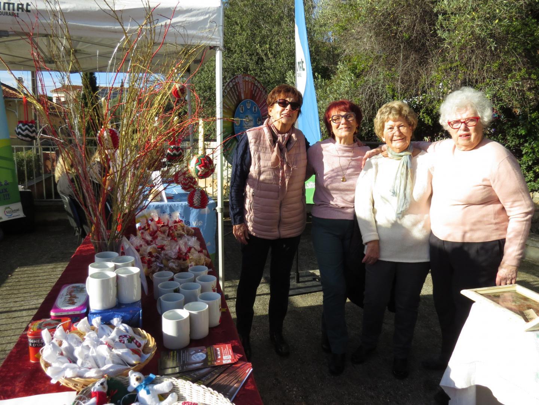 Les bénévoles de la Bibliothèque sonore avaient réalisé, elles-mêmes, des boules de Noël et des mugs décorés qui ont été vendus au profit de l'association.