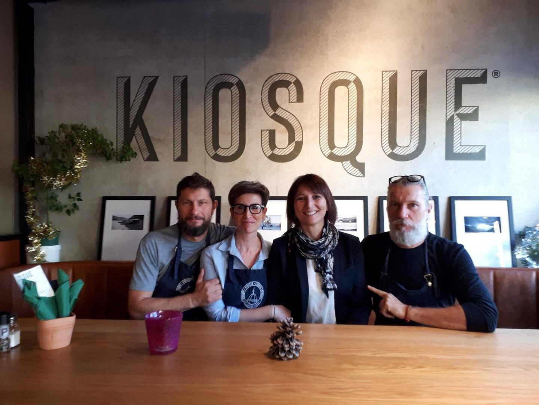 Michaël, Manuella et Loïc Guelaff du Kiosque entourent Sarah Chambon.