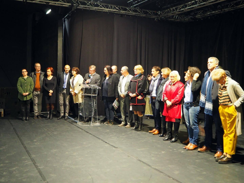 le maire et les élus ont accueilli les médaillés sur scène pour les féliciter de leur investissement pour la commune depuis tant d'années.