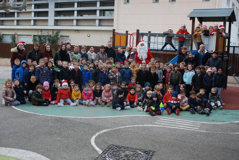 Dans la cour de l'école maternelle Salvador Torrès, les enfants ont accueilli le Père Noël .