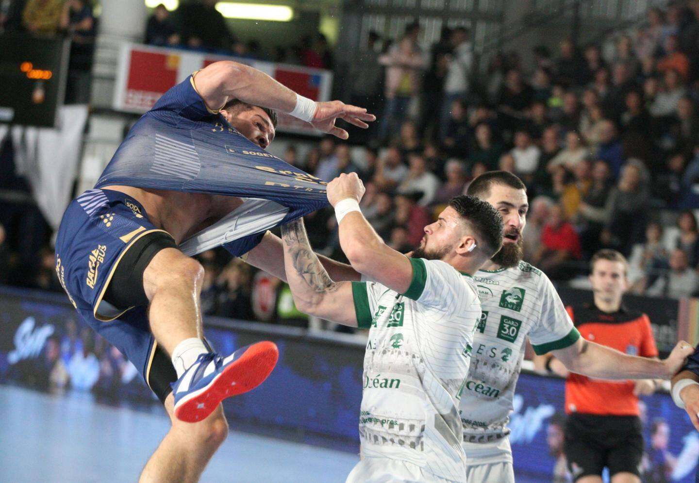 Bouillants en première période, les Raphaëlois (ici Simicu) sont sortis vainqueurs d'un match accroché - au sens propre.