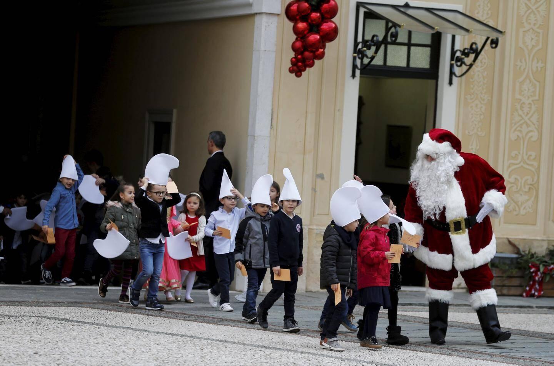 Le prince Albert II et la princesse Charlène ont distribué hier matin près de 140 colis de fêtes aux retraités suivis par le service social de la Croix-Rouge monégasque.