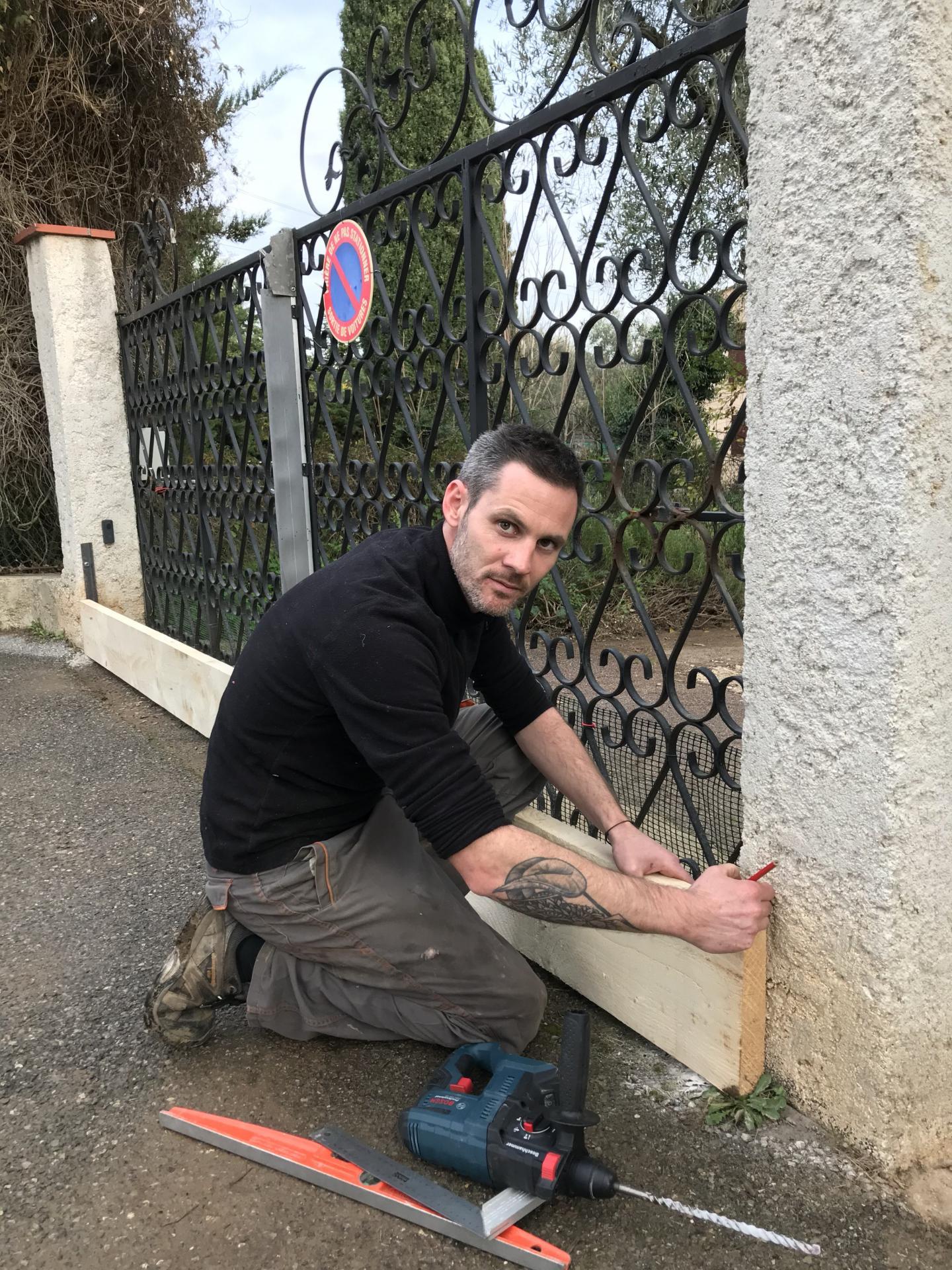 Simon Bacchetti a installé des planches amovibles devant son portail et son portillon pour ralentir l'eau.