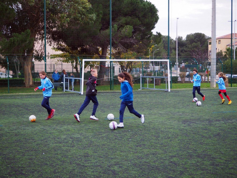 Apprendre à courir avec un ballon au pied est une des techniques à travailler et maîtriser.