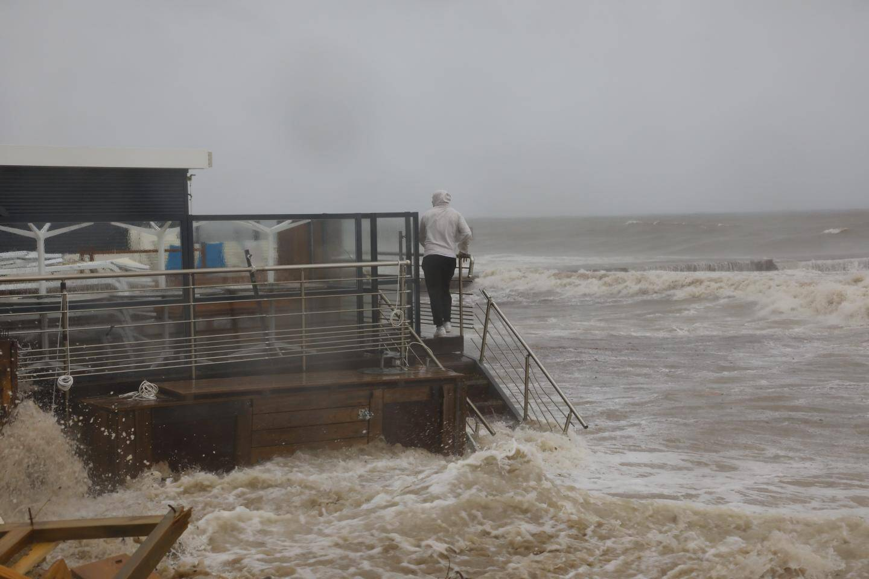 Route barrée... Hier impossible de rejoindre le bord de mer depuis le boulevard Leader : un grand classique. Près de 60 mm de pluie sont tombés en Cannes en douze heures, avec des vagues atteignant près de quatre mètres de haut.