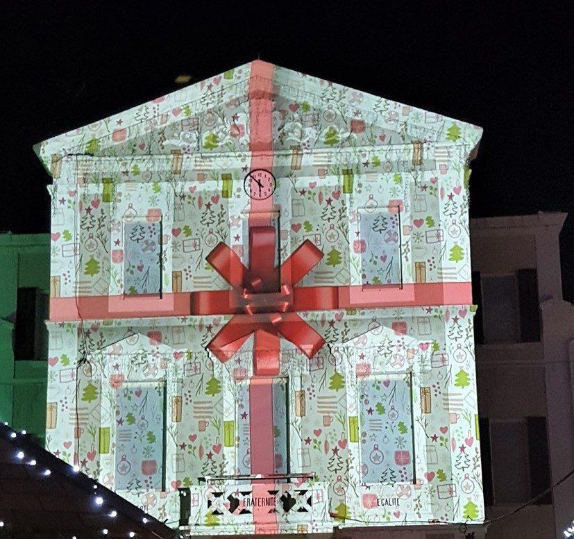 Le vidéo mapping sur  la façade de la mairie fascine.