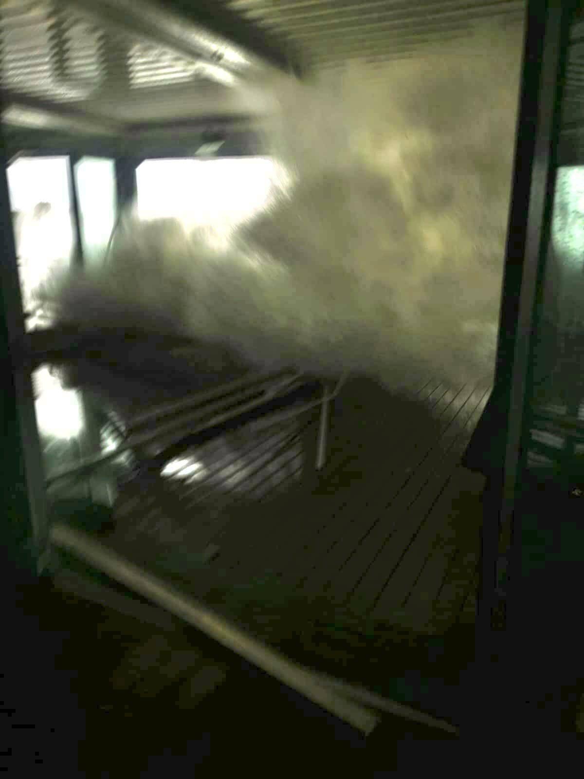 La puissance des vagues a fait de gros dégâts au restaurant A'Trego.(DR)