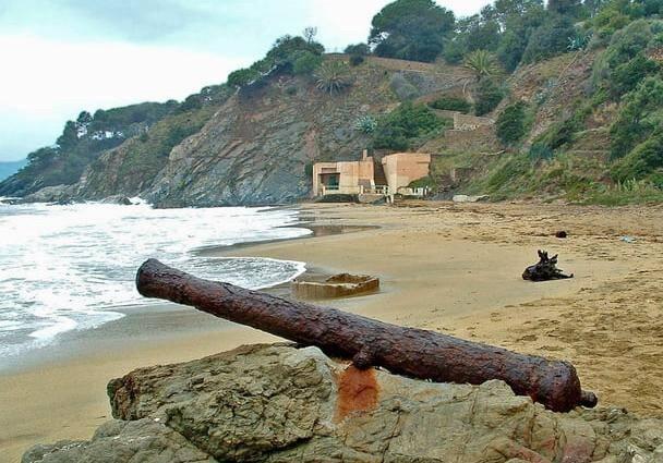 Le fameux canon de vaisseau tel qu'il trônait encore sur la plage, il y a quelques semaines.